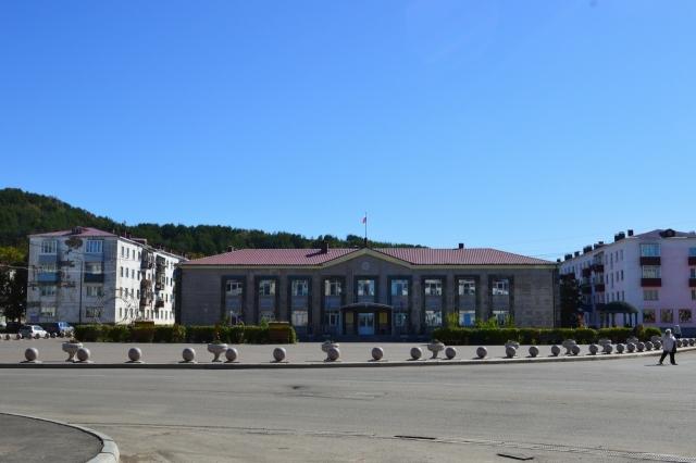 Центральная площадь Углегорска и здание администрации Углегорского района