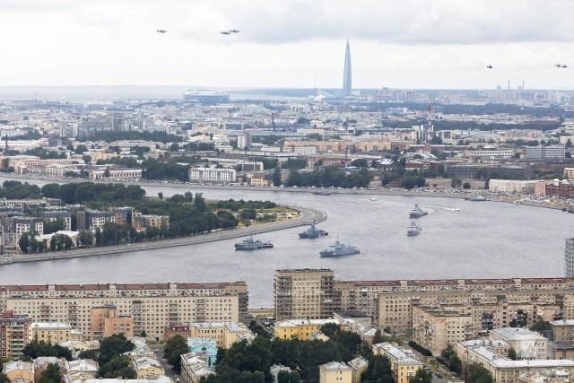 Корабли и авиация во время Главного военно-морского парада в Санкт-Петербурге