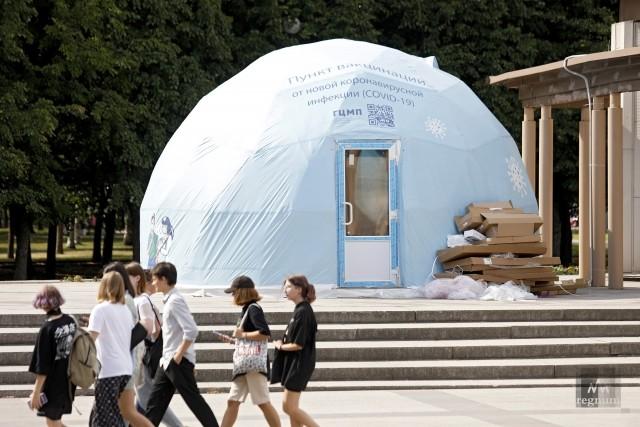 Закрытый шатер вакцинации в парке 300-летия