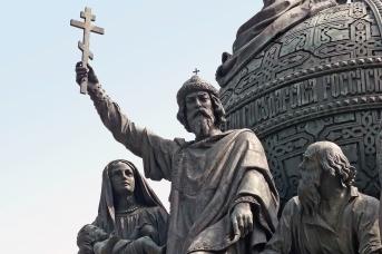 Владимир Святославич на памятнике «Тысячелетие России» в Великом Новгороде
