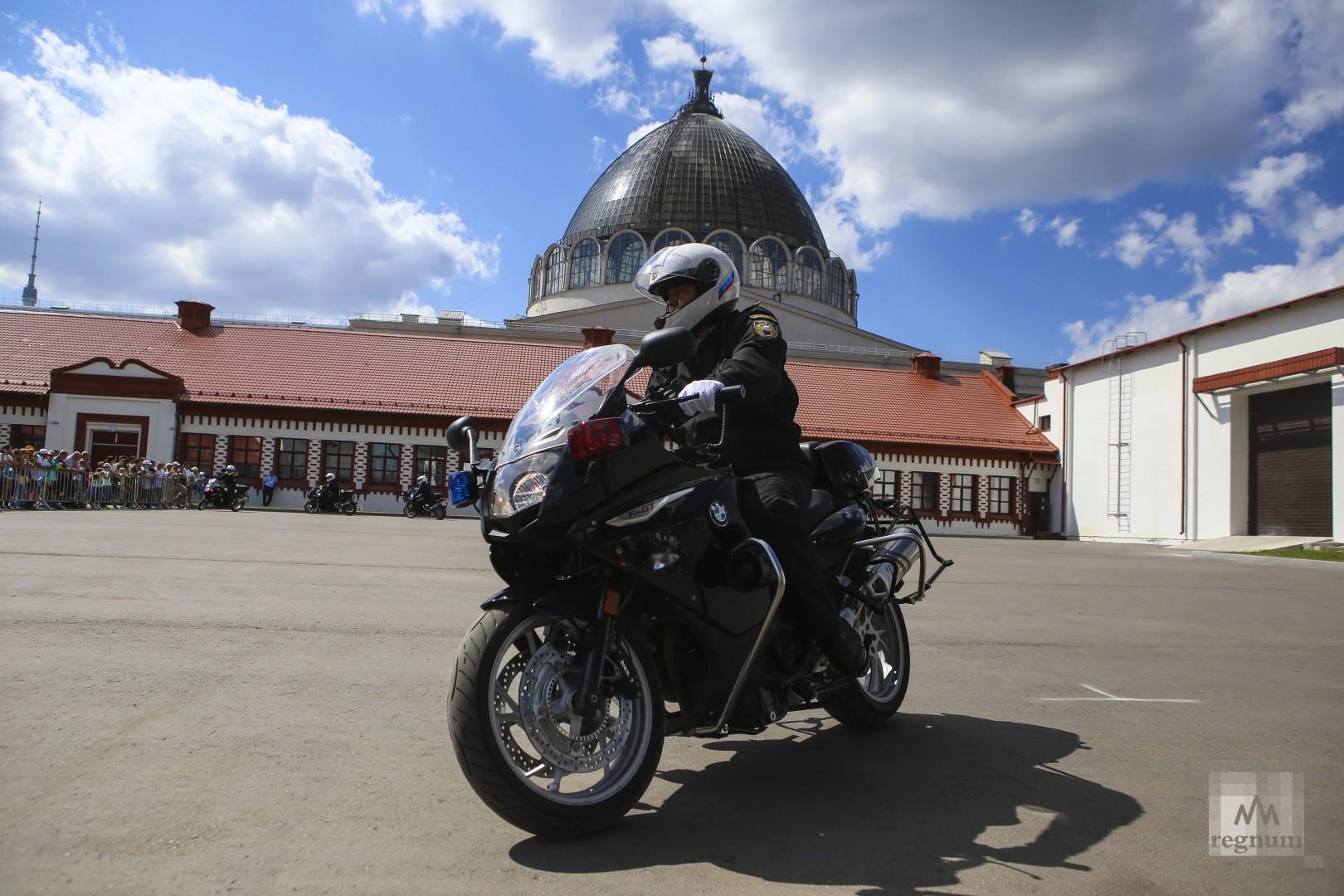 Показательные выступления мотоциклистов Почетного эскорта. ВДНХ. Москва