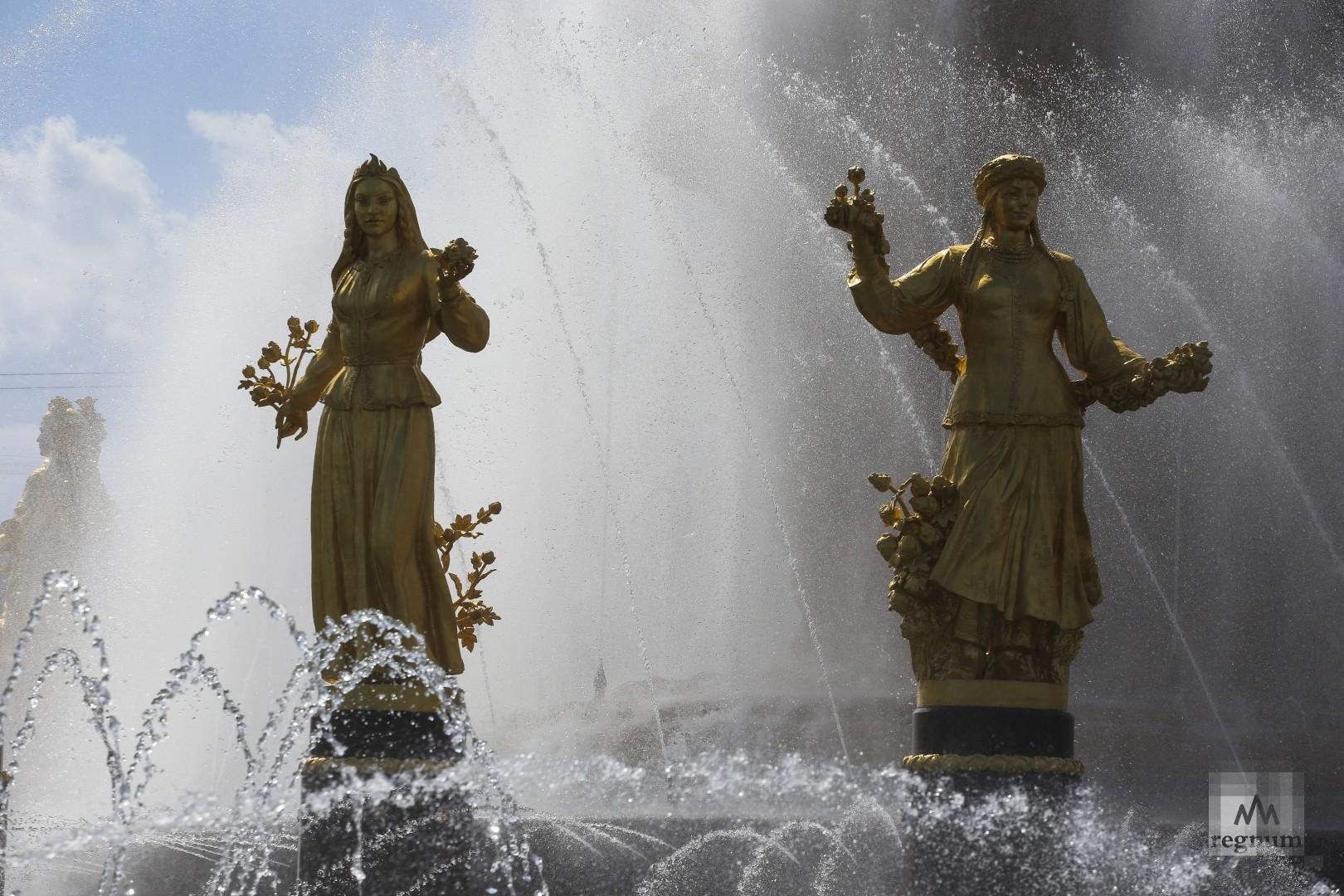 Фонтан «Дружба народов». ВДНХ. Москва