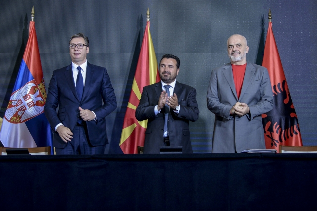 Президент Сербии Александр Вучич с премьер-министром Албании Эди Рамой и премьер-министром Македонии Зораном Заевым на Экономическом форуме регионального сотрудничества 29 июля 2021
