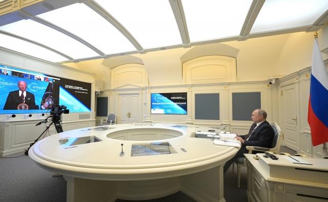 Президент РФ Владимир Атин беседует с президентом США Джо Байденом на саммите по вопросам климата в апреле 2021 года.
