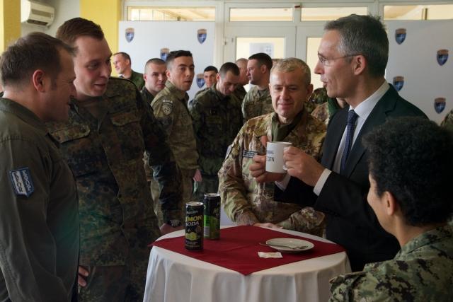 Йенс Столтенберг с военными KFOR («Силы для Косово»)