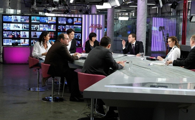 Наталья Синдеева, Михаил Зыгарь и Дмитрий Медведев в главной новостной студии телеканала «Дождь». 25 апреля 2011 года