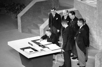 Сигэру Ёсида подписывает договор. 8 сентября 1951 года, Сан-Франциско