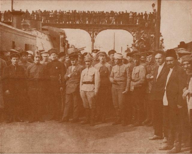 Киров , Микоян , Орджоникидзе и Левандовский  среди красноармейцев и командиров 11-й армии на вокзале в Баку, май 1920