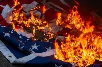 Сжигание флага США в Вашингтоне в День независимости США (сс) Kyle T