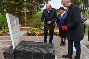 Губернатор Владислав Шапша посетил Братскую могилу 66 мирных жителей, расстрелянных в 1942 году немецкими карателями