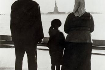 Семья иммигрантов, прибывшая на остров Эллис, смотрит на Статую Свободы