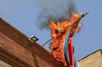 Горящий флаг США. Tasnim News Agency