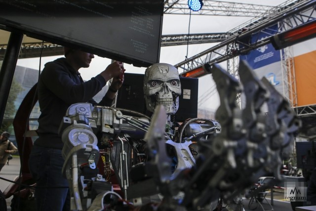 Робот-терминатор. Фестиваль «Техносреда». ВДНХ. Москва