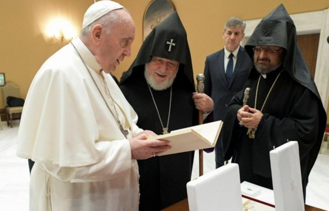 Встреча в Ватикане. Справа налево: патриарх Мешалян, католикос Гарегин II, папа Франциск. Armenianchurch.org