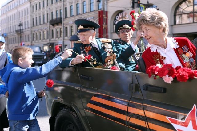 Проезд ветеранов по Невскому проспекту. 9 мая 2020