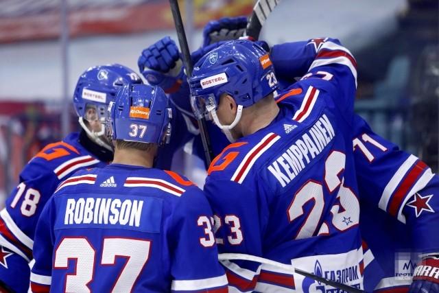 Игроки команды СКА радуются забитой шайбе в ворота команды Динамо (Москва)